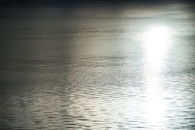 太陽の反射のある静かな海