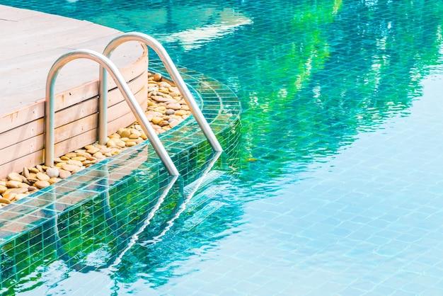 Tranquillo piscina con riflette
