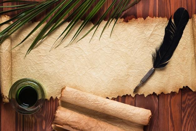 Перо гусиное, чернильница на открытом свитке