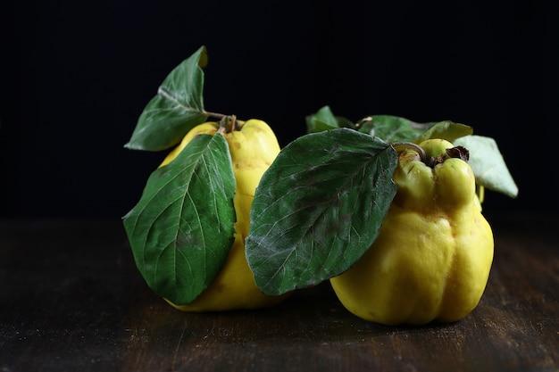 マルメロの果実、木製のテーブルの上