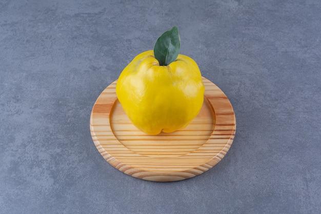 大理石のテーブルの上の木の板のquince。