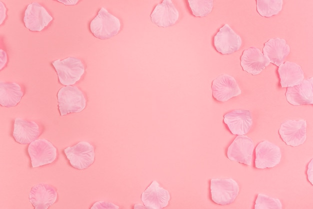 Творческая аранжировка для вечеринки quinceañera с лепестками роз