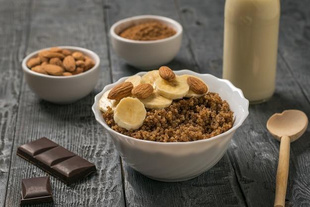아몬드 우유와 견과류 나무 테이블에 노아와 코코아 죽. 건강한 식단.