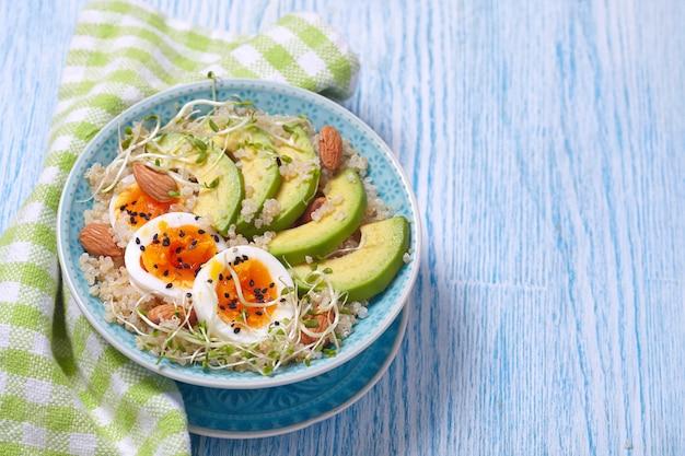 健康的な朝食のための卵とアボカドのキノアボウル