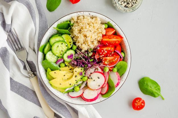 ボウルに新鮮な野菜のキノアサラダ