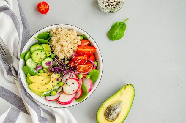 新鮮な野菜、ほうれん草、グリーンピース、マイクログリーン、ゴマのキノアサラダ