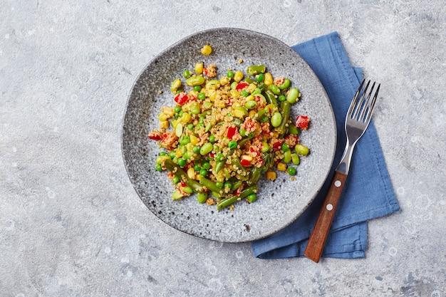 サヤインゲンとうもろこし赤ピーマンエンドウ豆と大豆の有用な野菜ミックスのキノアサラダ