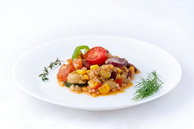 野菜とオリーブオイルのキノアサラダ。ビーガンフード