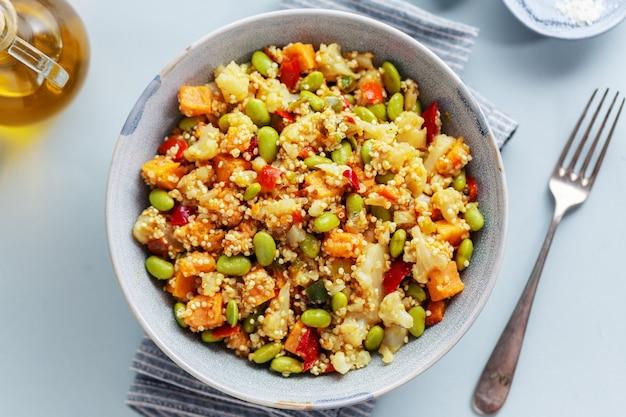 ランチまたはディナーに野菜をキノアで調理し、ボウルで提供しています。上面図。