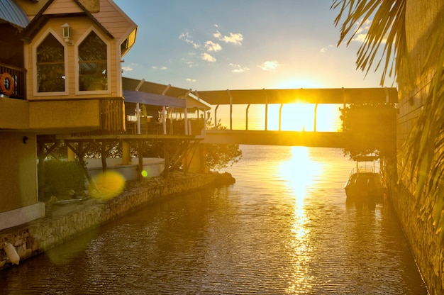 Заход солнца в торговом центре в канкуне, quintana roo. прекрасный вид на восход солнца в карибском море. отражение солнца в спокойной воде