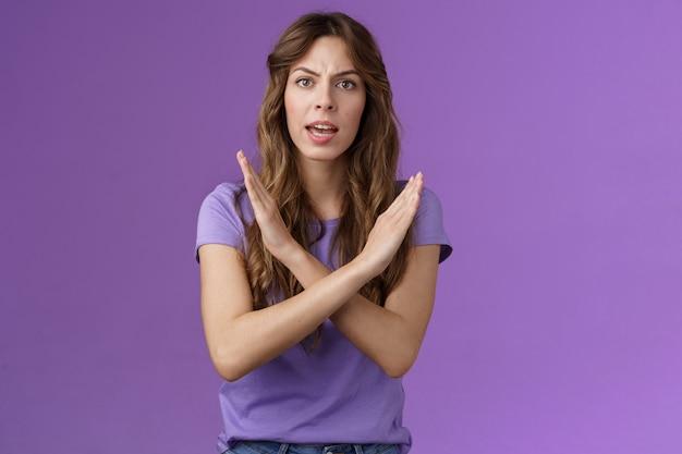 浮気をやめなさい。真面目な女性の機嫌が悪い、偉そうな怒りは、クロスファイティングlgbtqの権利を要求し、差別をやめ、残酷な行動を禁じ、紫色の背景はないと言う