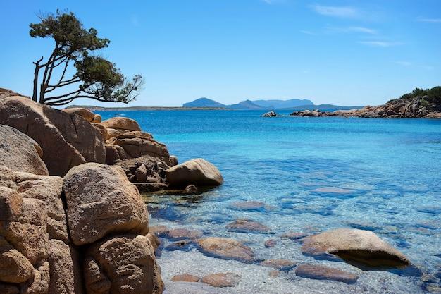 Тихая бухта на побережье коста смеральда на сардинии