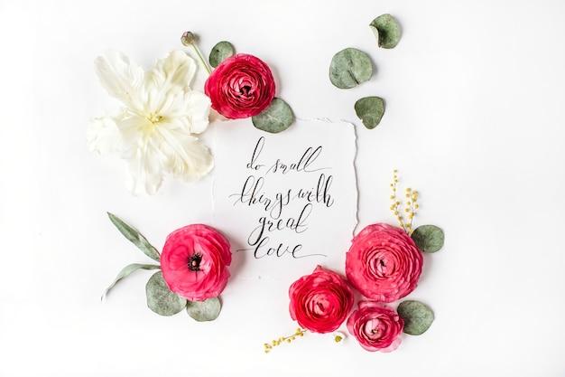 Цитата «делай маленькие дела с большой любовью», написанная каллиграфическим стилем с цветами.