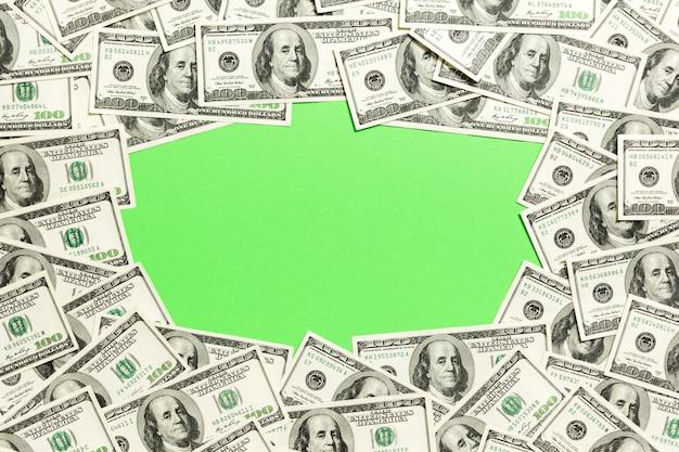 空のスペースrを持つ100ドル紙幣のフレーム。 copyspaceと緑のビジネスのトップビュー