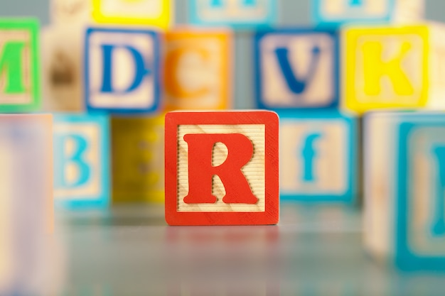 カラフルな木製ブロック文字r