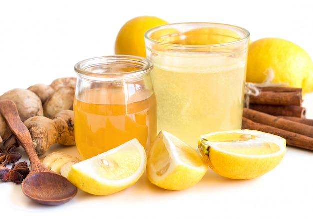 白で隔離される蜂蜜、レモン、生姜rをクローズアップ