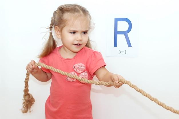 ロープとしての文字「r」。ロープを伸ばしてかわいい女の子