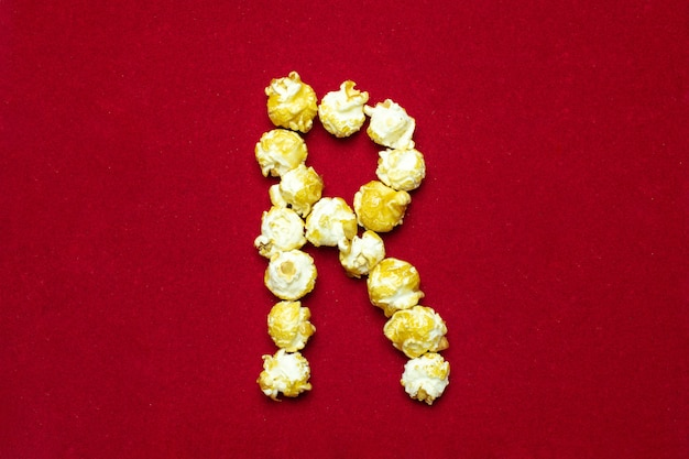 文字rと映画館のポップコーンからの英語のアルファベット