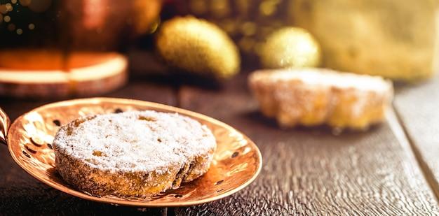 ラバナダ、ブラジルのクリスマスデザート、シナモンと砂糖を添えた揚げパンのスライスをアンティークの銅スキマーで。シナモンのトーストパン