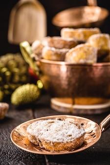 Rabanada, 브라질 크리스마스 디저트, 골동품 구리 스키머에 계피와 설탕을 넣은 튀긴 빵 조각. 계피와 함께 구운 빵