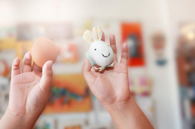 토끼와 자연 속에서 다채로운 부활절 달걀 부활절 개념 배경입니다.