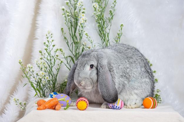 緑のウサギとイースターエッグ