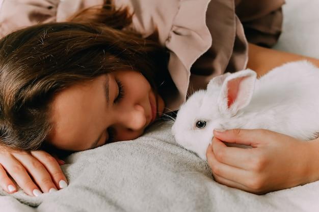 ウサギのペットの世話。子供と動物の友情。