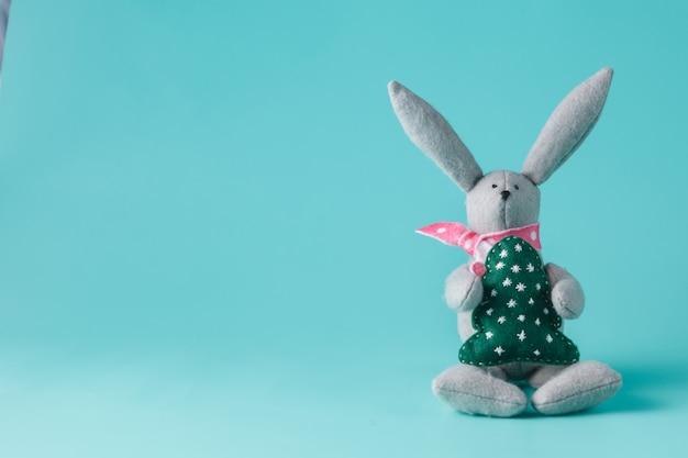 아쿠아 마린 공간에 앉아 토끼 장난감