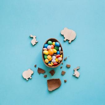 초콜릿 달걀 주위에 토끼와 양