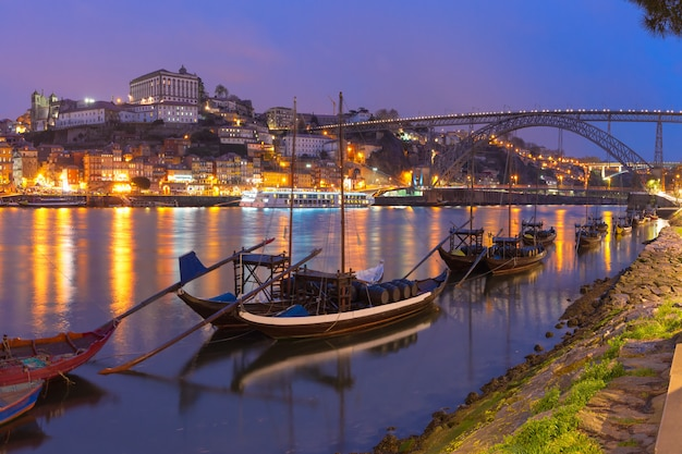 Rabelo лодки на реке дору, порту, португалия.