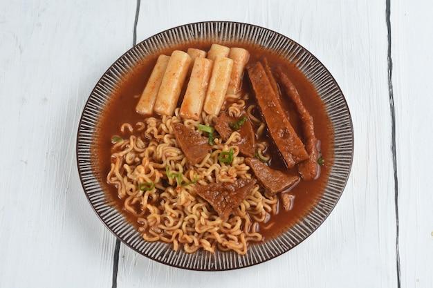 ラボッキはラーメンまたは韓国のインスタントラーメンとトッポッキのスパイシーな韓国ソースです