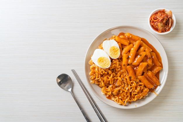 スパイシーな韓国ソースのラボッキ(ラーメンまたは韓国のインスタントラーメンとトッポッキ)。韓国料理スタイル