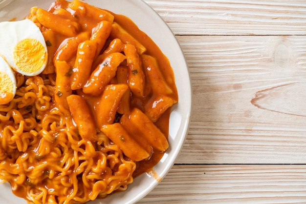 スパイシーな韓国ソースのラボッキ(ラーメンまたは韓国のインスタントラーメンとトッポッキ)-韓国料理スタイル