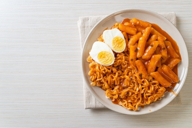 Рабокки (рамэн или корейская лапша быстрого приготовления и ттеокбокки) в остром корейском соусе - корейский стиль еды