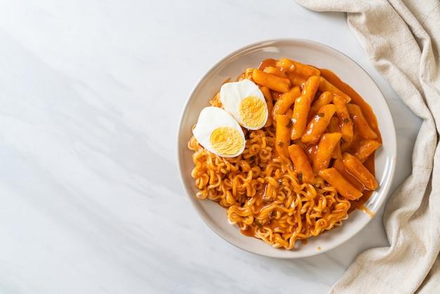 매운 한국 소스의 rabokki (라면 또는 한국 인스턴트 국수와 떡볶이) - 한국 음식 스타일