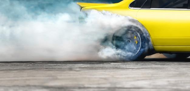 Гоночный дрифт-автомобиль сжигает шины на скоростной трассе
