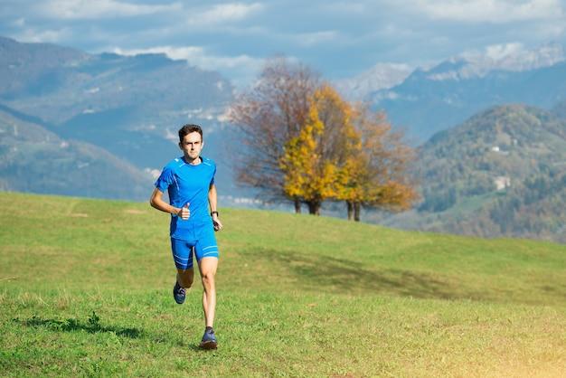 녹색 초원에서 운동 선수의 본질에서 경주하십시오.