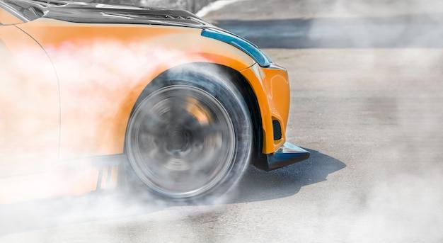 レーストラックでのレーシングカーのドリフト