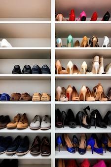 Rack pieno di scarpe in una casa moderna