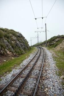 Зубчатая железная дорога в тумане ла-рюн, баскская гора, франция