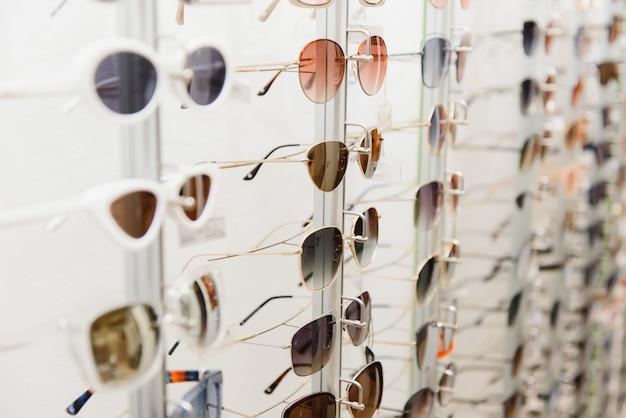 안경과 선글라스로 랙을 닫습니다.