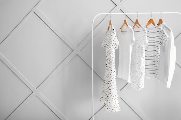 Стеллаж с вешалкой для одежды в помещении