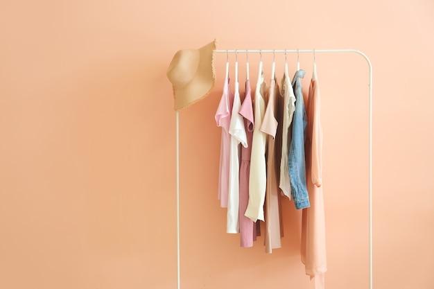 ピンクに洋服を掛けてラック