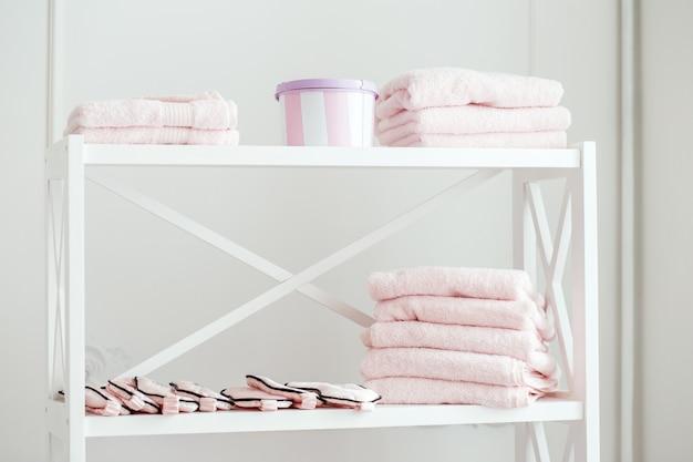 Стеллаж с полотенцами в спа салоне