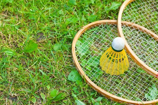 Ракетки и волан для бадминтона на траве
