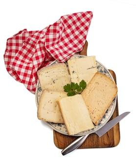 흰색 배경에 여러 풍미와 raclette 치즈 플래터