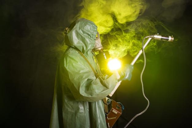 放射線と危険の概念-古い防護服を着た男。