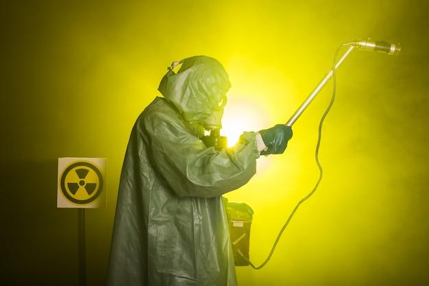 방사선 및 위험 개념-가스 마스크 및 화학 소송에서 남자. 방사능 측정을하는 작업자