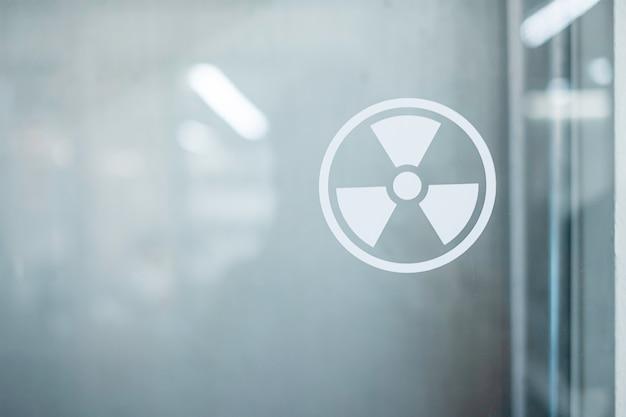 実験室の窓に貼られた放射層標識ステッカー