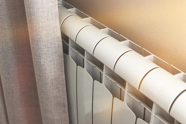 Батарея радиатора в комнате, дизайн домашнего интерьера отопления фон фото